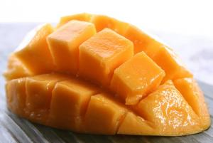 Peeled and chopped mangoes for steaming